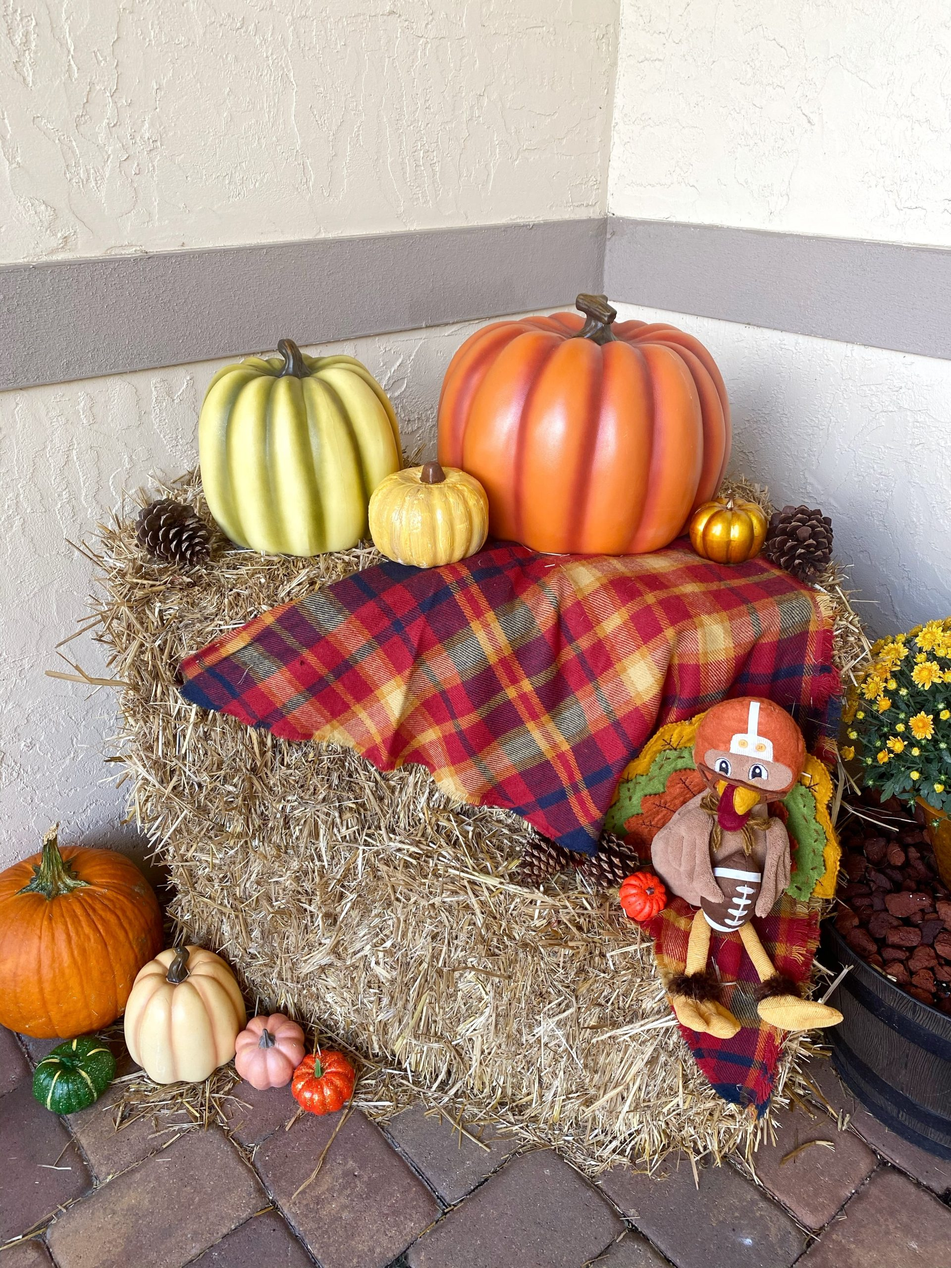 Fall Decorating Idea Using Hay Bales