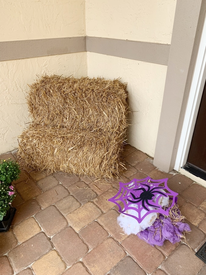 I absolutely love decorating with hay bales! Hay bales are a simple way to add that fall feeling to your holiday decor with very little effort. My fall decorating idea using hay bales is one I go back to year after year. I promise that you will too once you see how easy it is. Come take a look for yourself! #falldecor #falldecoratingideas #falldecorating #lakelifestateofmind